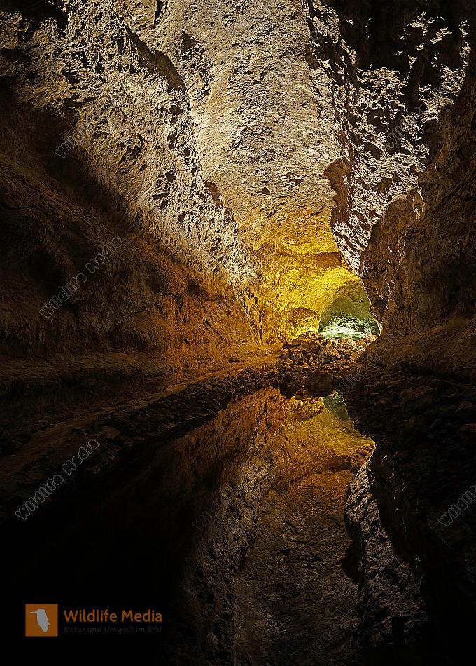 Lavahöhle mit See Panorama