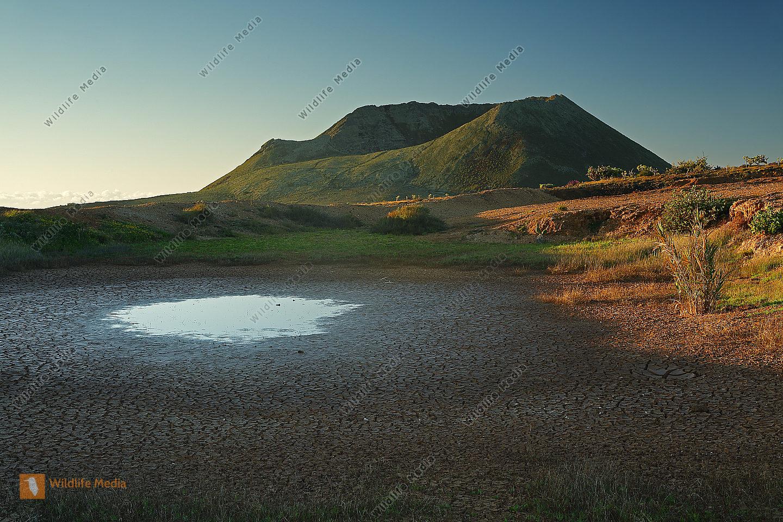 Bergsee mit Vulkan auf Lanzarote