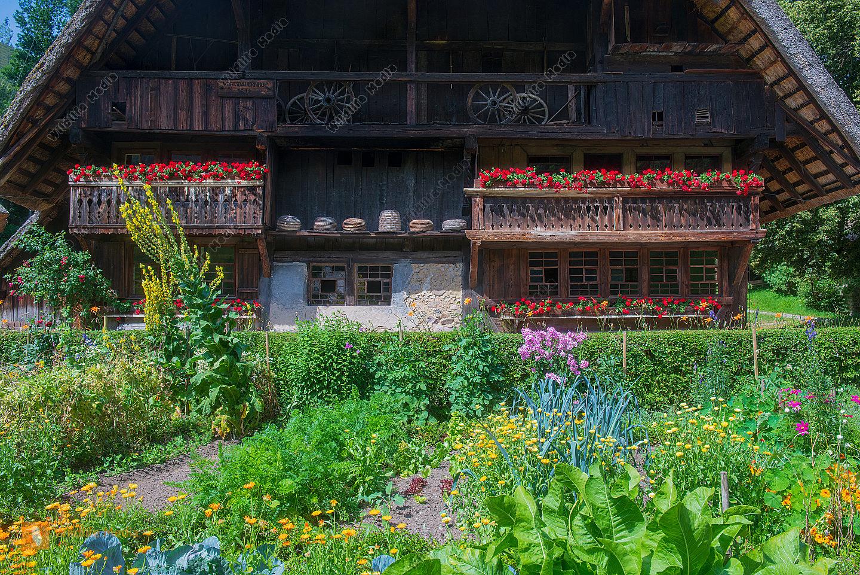 Gemüse- und Blumengarten mit Bauernhaus